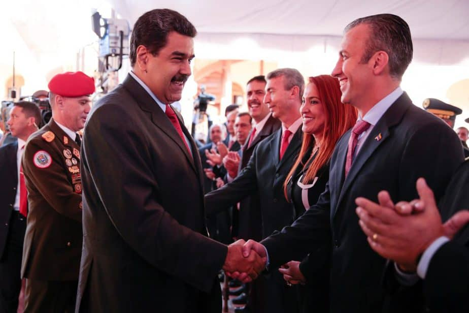 El presidente de Venezuela, Nicolás Maduro, estrecha la mano a su nuevo vicepresidente, Tareck El Aissami. FOTO: Reuters