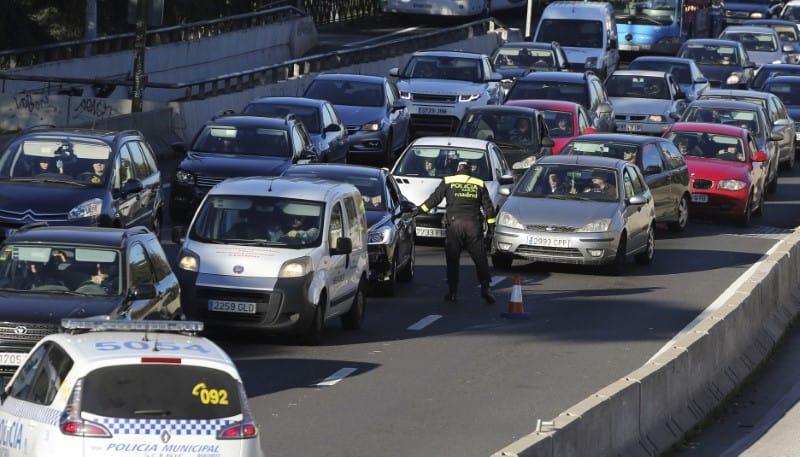 Un total de 1.160 personas perdieron la vida en accidentes de tráfico en las carreteras españolas durante 2016, un 2,6 por ciento más que el año anterior, rompiendo una tendencia a la baja por primera vez en 13 años, dijo el martes la Dirección General de Tráfico. En la imagen, un policía vigila el tráfico de entrada a Madrid el 29 de diciembre de 2016.  REUTERS/Paul Hanna
