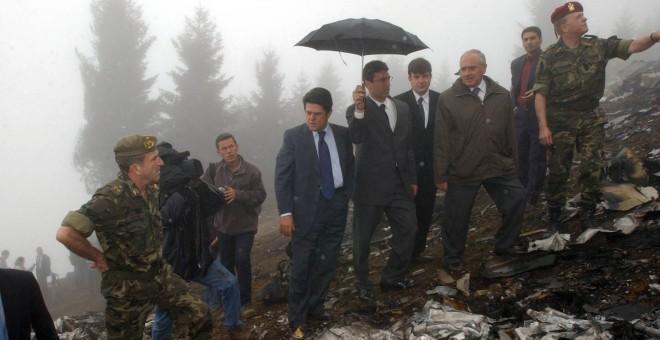 El entonces ministro de Defensa, Federico Trillo, con chaquera azul, en el lugar (Reuters)
