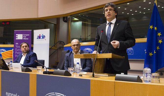 GRA426. BRUSELAS, 24/01/2017.- El presidente de la Generalitat de Cataluña, Carles Puigdemont (d), junto al vicepresidente, Oriol Junqueras (i), y el conseller de Exteriores, Raül Romeva (c), durante la conferencia que han ofrecido hoy en las instalaciones del Parlamento Europeo para explicar sus planes para convocar un referéndum sobre la independencia de Cataluña. EFE/Horst Wagner