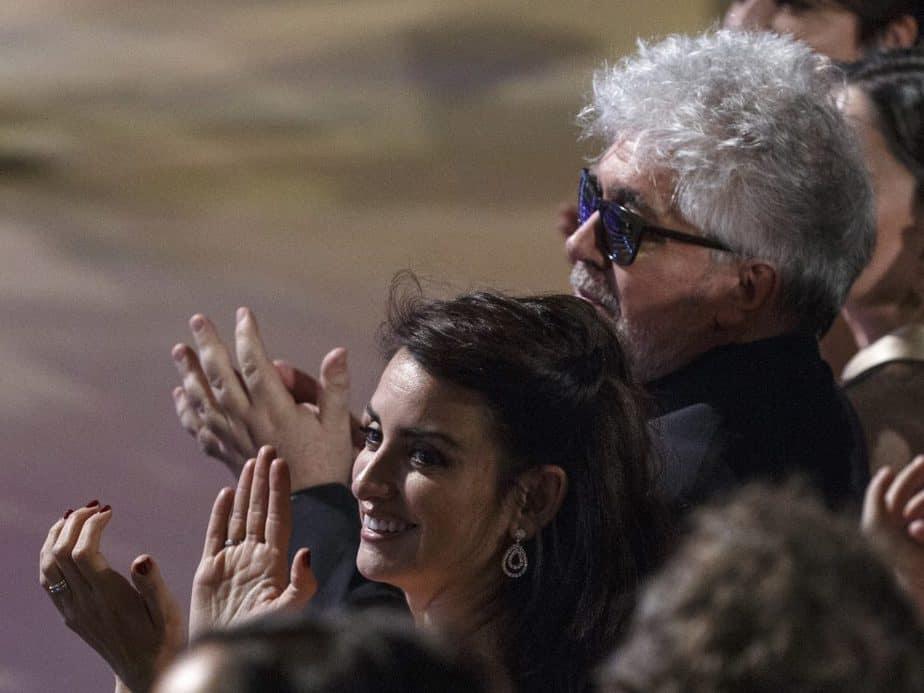 Almodóvar y Penélope Cruz. FOTO: Reuters
