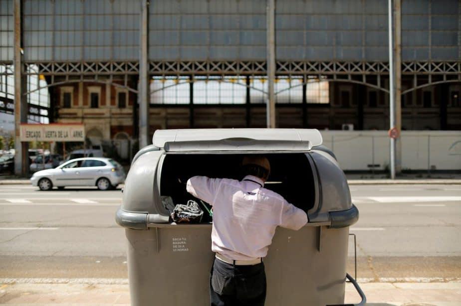 Un hombre buscando en la basura en Sevilla. FOTO: Reuters