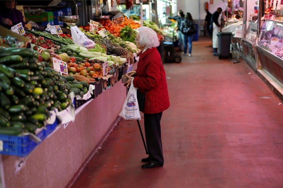 Mujer en un mercado de Madrid. FOTO: Reuters
