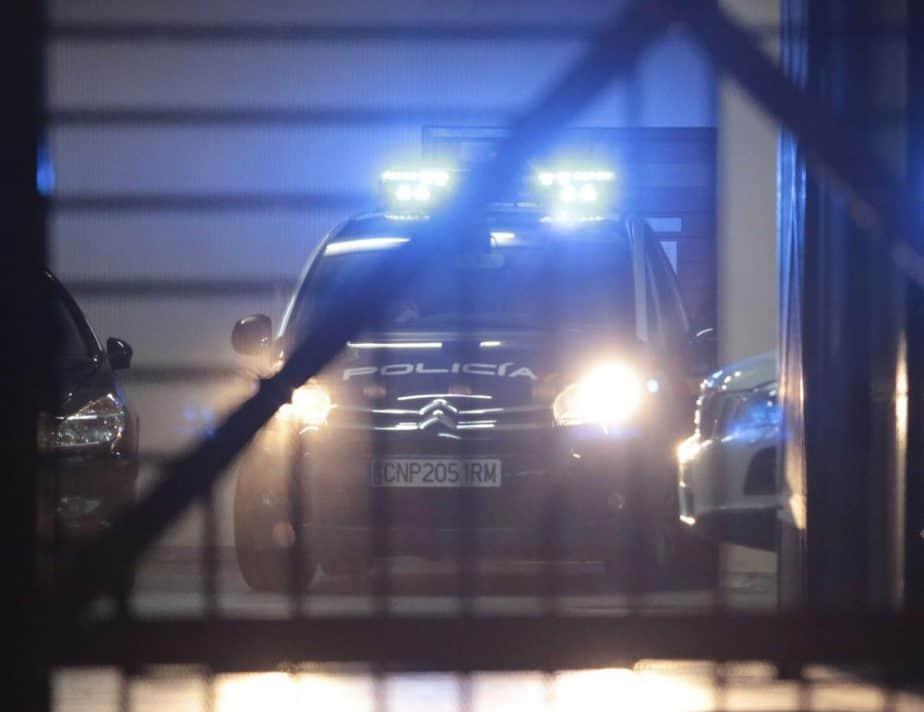 Un hombre se entrega a la Policía tras asesinar a su mujer.