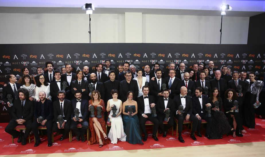Foto de familia de los 31 Premios Goya. FOTO: Reuters