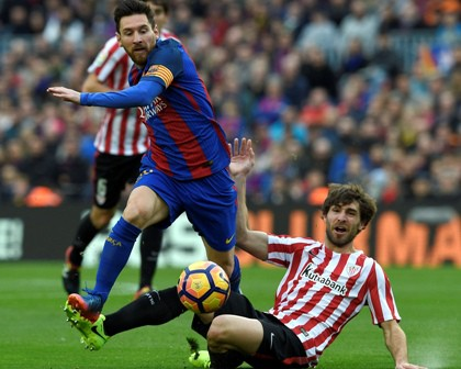 Barcelona's Argentinian forward Lionel Messi (L) vies with Athletic Bilbao's defender Yeray Alvarez during the Spanish league football match FC Barcelona vs Athletic Club Bilbao at the Camp Nou stadium in Barcelona on February 4, 2017. / AFP PHOTO / LLUIS GENE