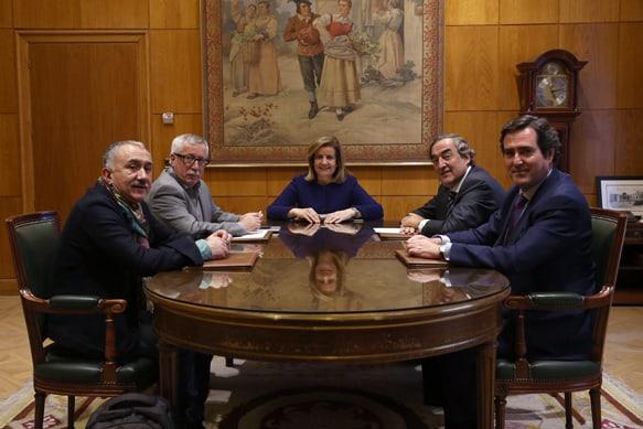 Báñez, con representantes de CCOO, UGT, CEOE y CEPYME. FOTO: Ministerio de Empleo