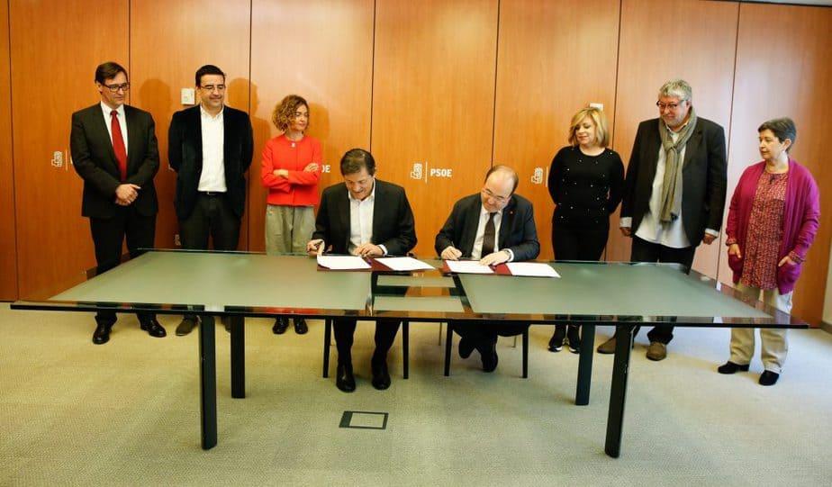 Firma del acuerdo entre el PSOE y el PSC. FOTO: Flickr PSOE