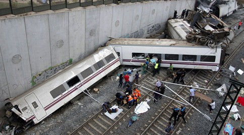 Rescue workers pull victims from a train crash near Santiago de Compostela, northwestern Spain, July 24, 2013. At least 35 people died after a train derailed in the outskirts of the northern Spanish city of Santiago de Compostela, the head of Spain's Galicia region, Alberto Nunez Feijoo, told Cadena Ser radio on Wednesday.  A woman who was close to the site of the accident told the radio station that she had first heard a loud explosion and then seen the train derailed.  REUTERS/Oscar Corral (SPAIN - Tags: DISASTER TRANSPORT TPX IMAGES OF THE DAY)
