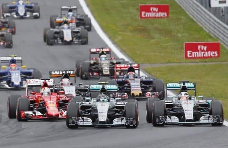 Mercedes Formula One driver Nico Rosberg of Germany (C) leads the pack after overtaking his team mate Lewis Hamilton of Britain (R) at the start of the Austrian F1 Grand Prix at the Red Bull Ring circuit in Spielberg, Austria, June 21, 2015.   REUTERS/Laszlo Balogh