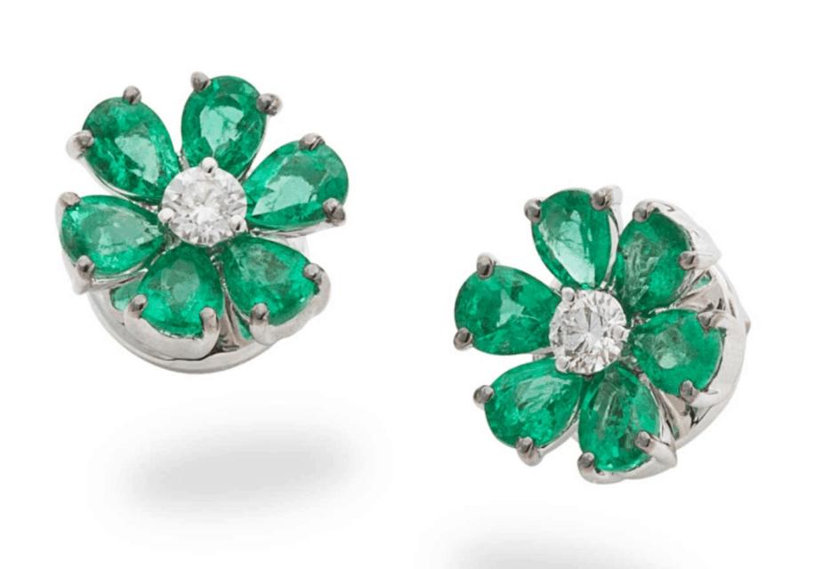 Pendientes florales en oro blanco, esmeraldas y un diamante en talla brillante. 3.400 euros.