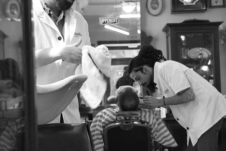 malayerba.  Un espacio madrileño donde se corta el pelo y se cuidan barbas con esmero y oficio y se mantiene el ritual de afeitado con toallas calientes.