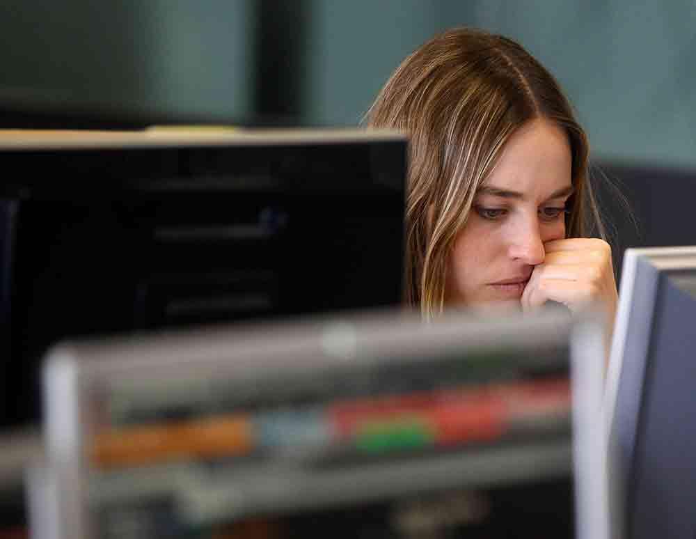 Chica frente al ordenador. Internet FOTO: Reuters