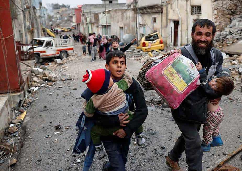 Civiles huyen de Mosul por culpa de la guerra. FOTO: Reuters