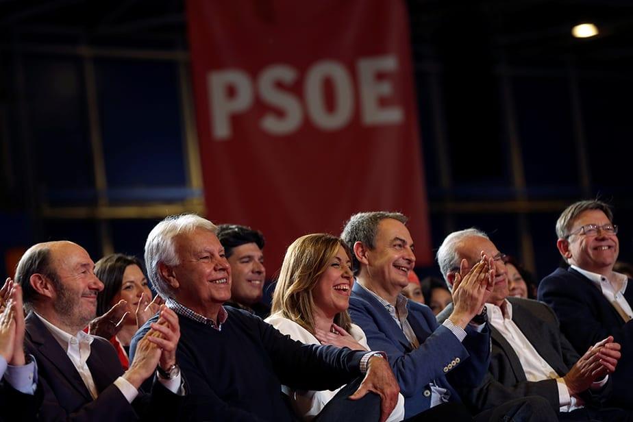 Susana Díaz, flanqueada por Felipe González y José Luis Rodríguez Zapatero. FOTO: Reuters