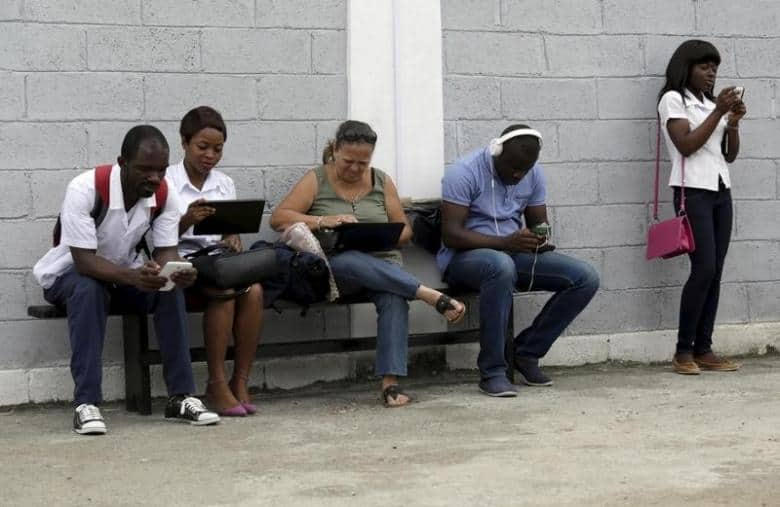 "Young people use the internet via the free wifi at the studio of Cuban artist Alexis Leyva ""Kcho"" in Havana March 24, 2015.   REUTERS/Enrique de la Osa"