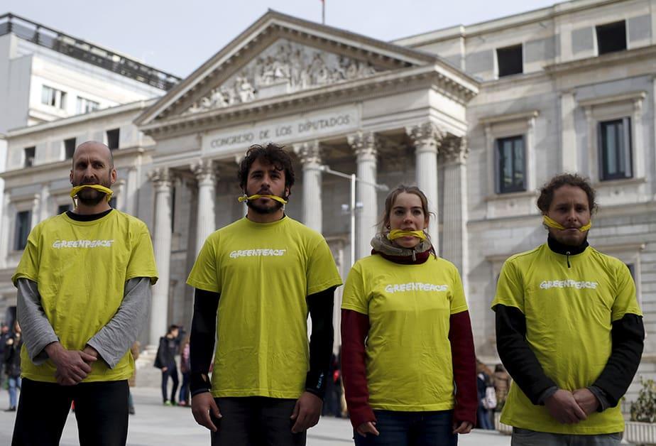 Activistas de Greenpeace durante una protesta ante el Congreso. FOTO: Reuters