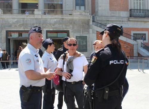 Policías patrullando junto a gendarmes. FOTO: Policía