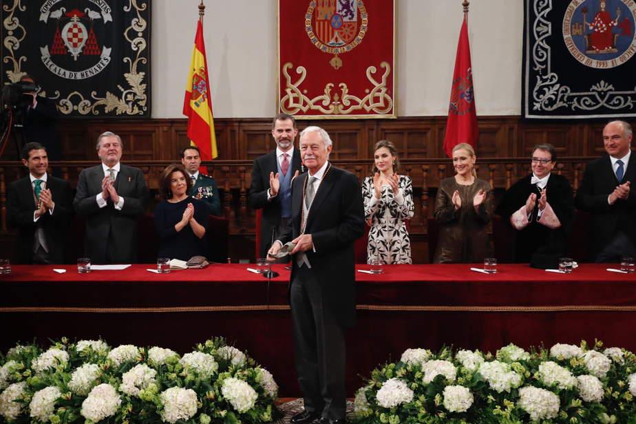 """Sus Majestades los Reyes aplauden a Eduardo Mendoza Garriga, tras hacerle entrega del Premio de Literatura en Lengua Castellana """"Miguel de Cervantes"""" 2016 (Casa Real)"""