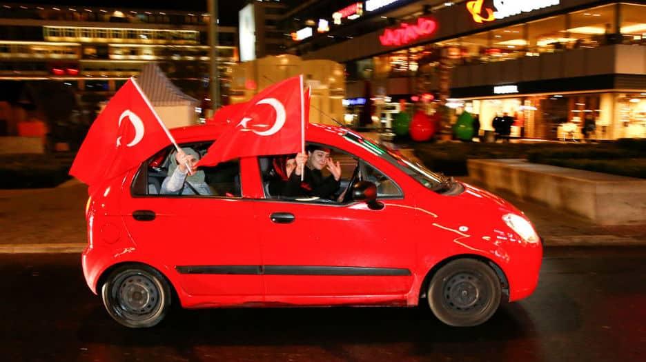 Partidarios del 'sí' al referendum celebrando el triunfo en Turquía. FOTO: Reuters