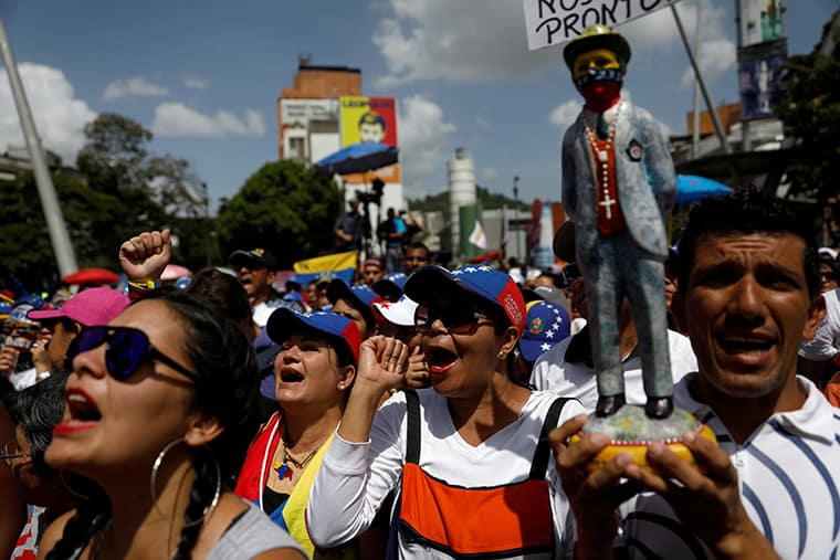 Opposition supporters rally against President Nicolas Maduro in Caracas, Venezuela, May 27, 2017. REUTERS/Carlos Garcia Rawlins - RTX37WMY