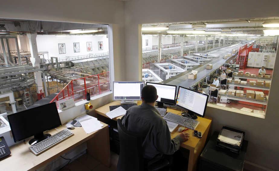 Trabajador en España frente a ordenadores. FOTO: Reuters