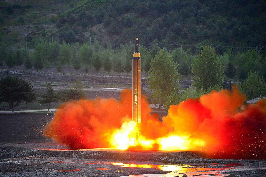 El misil de largo alcance Hwasong-12 (Marte-12) se pone en marcha durante una prueba difundida por la Agencia Central de Noticias de Corea del Norte (KCNA) el 15 de mayo de 2017. KCNA - REUTERS