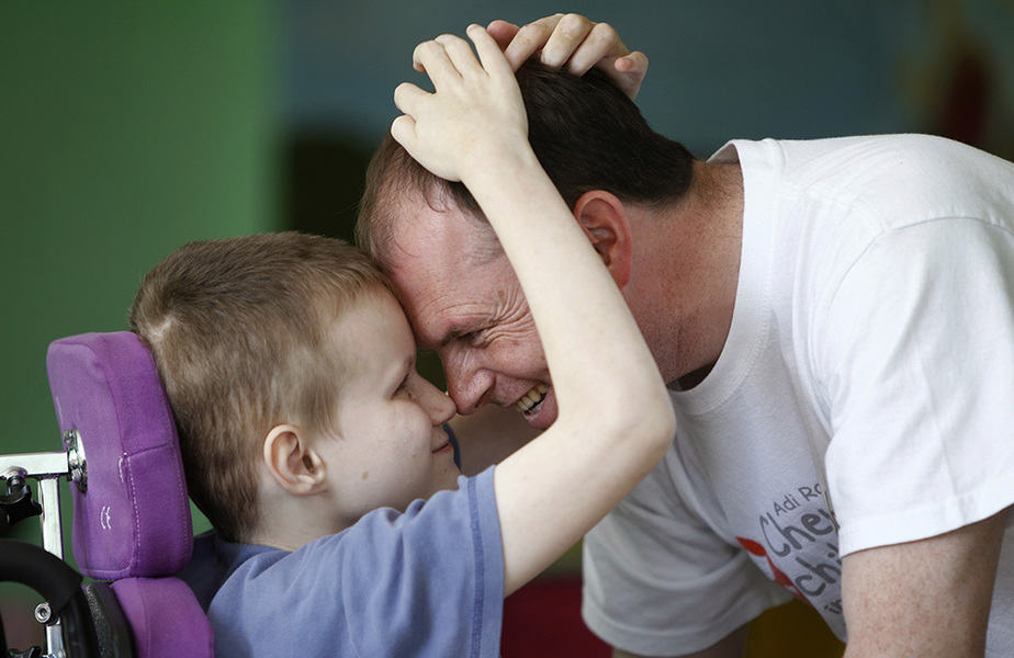 Niño con discapacidad con su padre. FOTO: Reuters