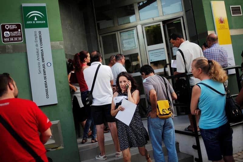 El número de parados registrados en las Oficinas de los Servicios Públicos de Empleo bajó ligeramente en febrero tras el repunte del primer mes del año por el impulso navideño, acompañado por un incremento leve del número de afiliados a la Seguridad Social. En la imagen, una mujer habla por el móvil a las puertas de una oficina de empleo en Málaga el 4 de julio de 2016. REUTERS/Jon Nazca - RTX2JKRK