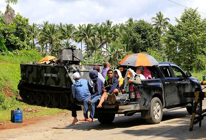 Carretera de Mindanao, en Filipinas, con los controles militares.