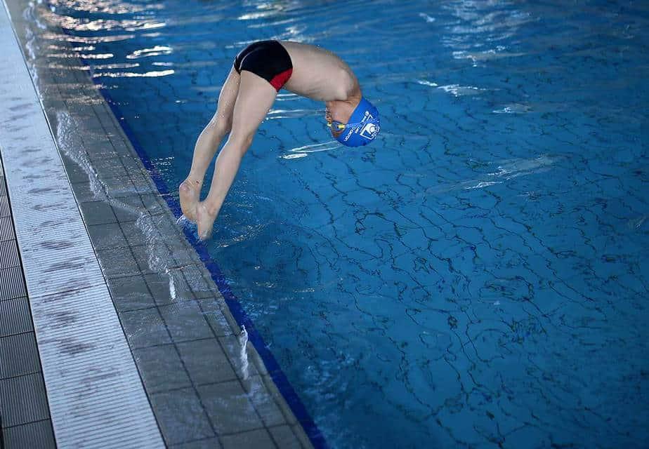 Ismail Zulfic, de 6 años y carente de brazos, salta en el agua en la piscina olímpica Otoka en Sarajevo, El pequeño es el campeón reciente de su categoría (18/05/17) Reuters