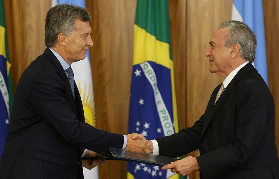 Saludo entre Mauricio Macri y Michel Temer. FOTO: Reuters