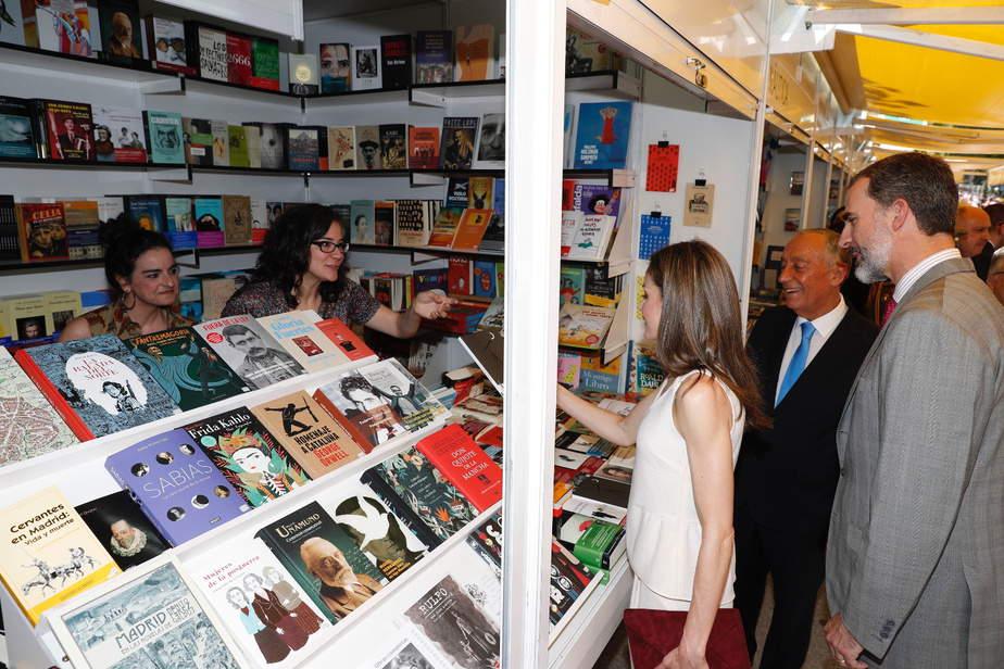 Los Reyes y el Presidente de Portugal durante su paso por una de las casetas de la Feria del Libro de Madrid. Foto: Casa Real