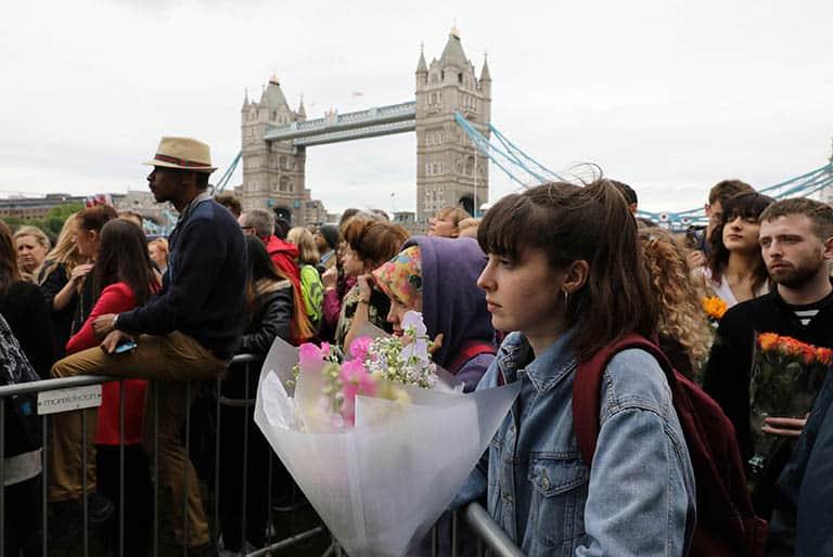 Personas en el lugar del atentado de Londres. FOTO: Reuters