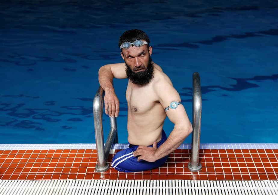 Khan Agha 28, se sienta en una piscina durante su práctica en Kabul, Afganistán