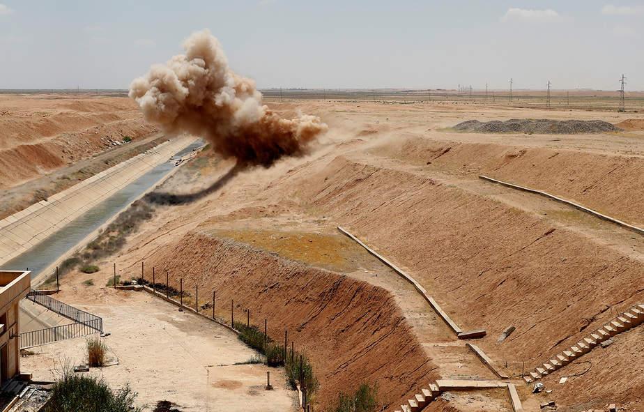 Miembros kurdos de la Organización de Control de Minas de Rojava destruyen artefactos explosivos plantados por militantes del Estado Islámico cerca del pueblo de Ain Issa al norte de Raqqa, Siria