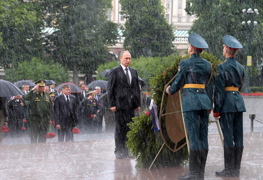 El presidente ruso, Putin, asiste a una ceremonia de colocación de coronas que conmemora el aniversario de la invasión alemana nazi en Moscú