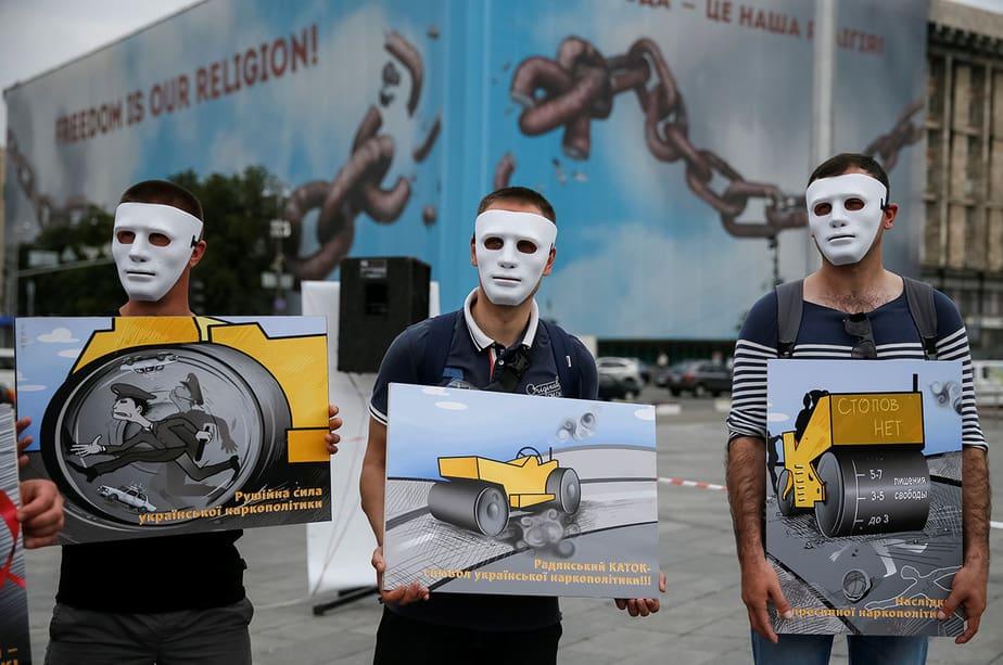 Activistas que luchan por un mejor trato legal de los delincuentes por drogas participan en una actuación para celebrar el Día Internacional contra el Abuso de Drogas y el Tráfico Ilícito y el Día Internacional de Apoyo a las Víctimas de la Tortura en Kiev