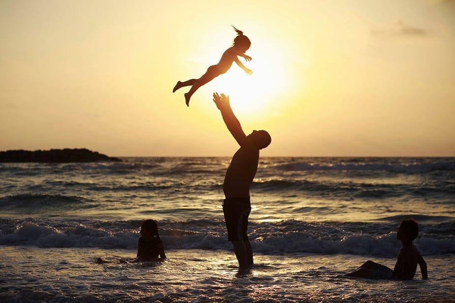 Un hombre musulmán juega con su hija a lo largo de la orilla del mar Mediterráneo durante la festividad musulmana de Eid al-Fitr, en Ashkelon, Israel