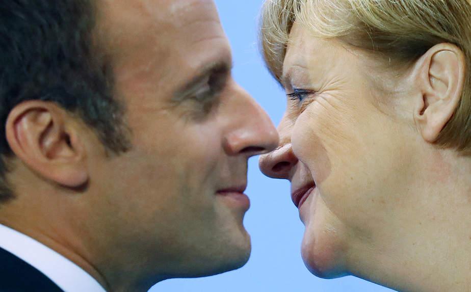 El presidente francés Emmanuel Macron y la canciller alemana Angela Merkel asisten a la conferencia de prensa tras la reunión en la Cancillería de Berlín, Alemania