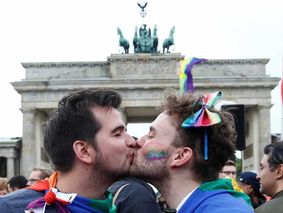 Una pareja se ve besándose mientras la gente celebra el parlamento de Alemania que legaliza el matrimonio entre personas del mismo sexo frente a la Puerta de Brandenburgo en Berlín, Alemania