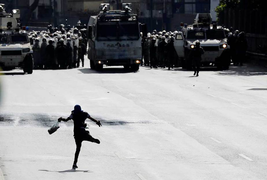 La fuerza pública bloquea a un manifestante en el marco de las protestas contra el presidente Nicolás Maduro en Caracas, Venezuela (10/6/17) Reuters