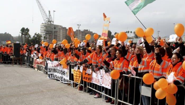"""GRA409. ALGECIRAS (CÁDIZ), 21/02/2017.- Alrededor de un millar de personas, en su mayoría estibadores del puerto de Algeciras apoyados por representantes de delegaciones de IDC (Consejo Internacional de Estibadores) de varios países se han reunido hoy en la explanada del Nombramiento dentro del recinto portuario algecireño y han pedido al Gobierno español un """"diálogo franco"""" en el conflicto de la estiba o habrá movilizaciones """"a nivel mundial"""". EFE/A. Carrasco Ragel"""