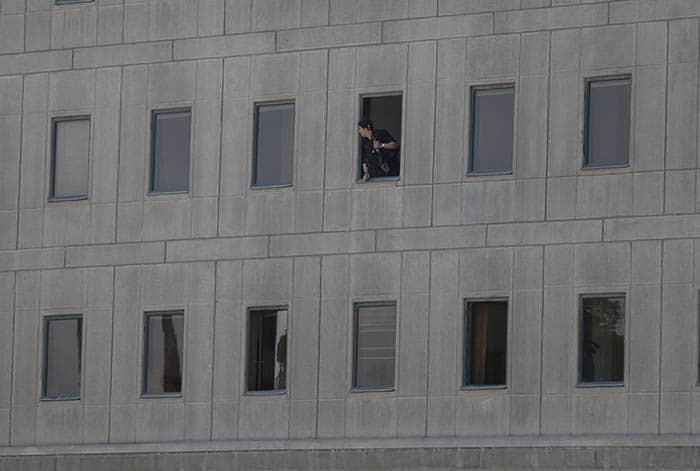Policía en el interior del Parlamento iraní. FOTO: Reuters