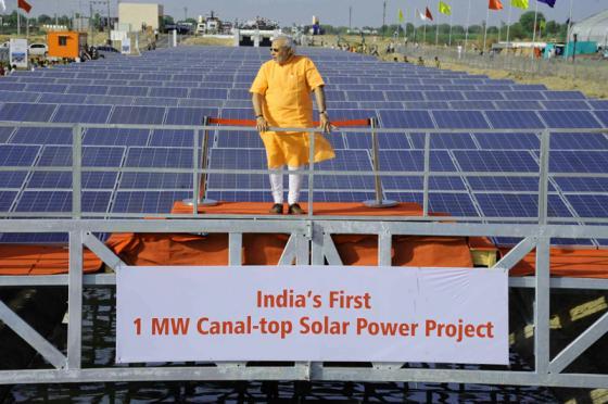 El primer ministro Narendra Modi en el trono de la energía solar