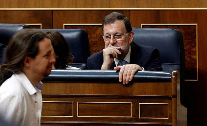 Pablo Iglesias pasa frente a Mariano Rajoy. FOTO: Reuters
