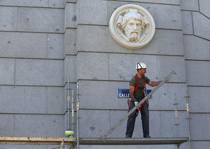 Trabajador en Madrid. FOTO: Reuters