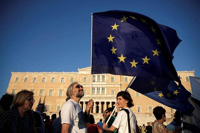 Banderas de la Unión Europea en Atenas. FOTO: Reuters
