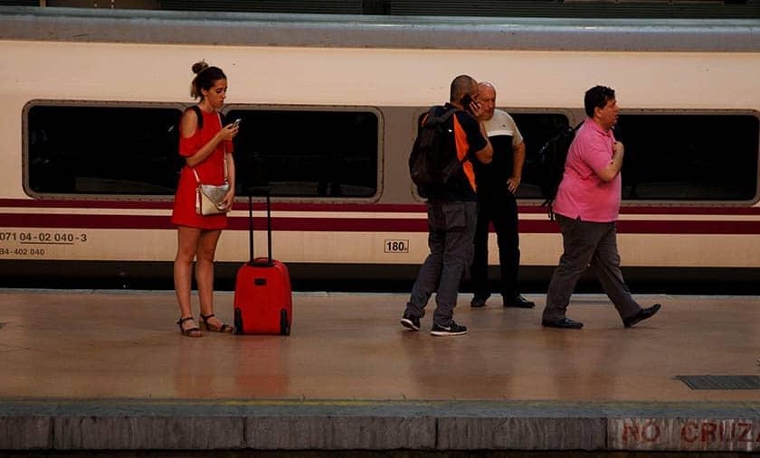 Personas en una estación de tren. FOTO: Reuters