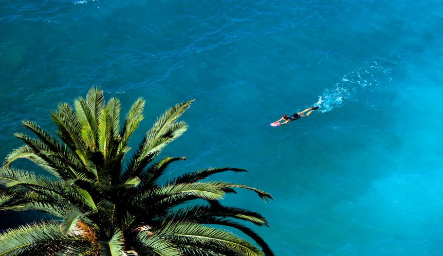 A woman swims in the Mediterranean Sea during a sunny summer day in Nice, southeastern France, July 30, 2014.  REUTERS/Eric Gaillard (FRANCE - Tags: ENVIRONMENT SOCIETY TRAVEL) - RTR40NNE